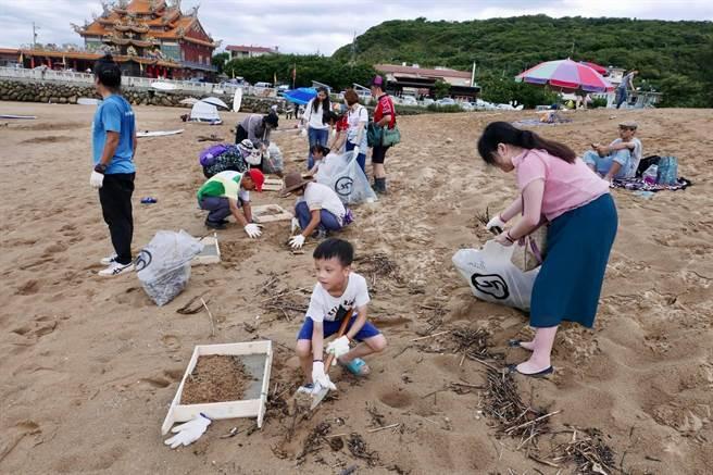 除了淨灘,今年9月19日國際淨灘日加碼「淨沙」活動,清除細沙裡的尖銳、隱藏垃圾。(靈鷲山佛教教團提供)