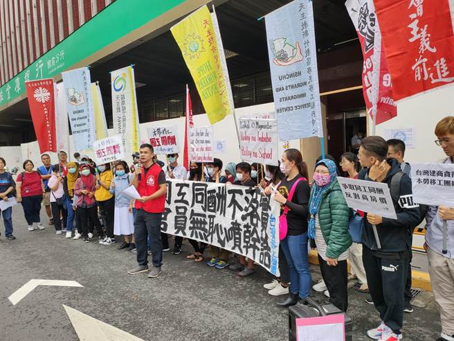 勞團今天赴勞動部抗議,要求不應開放私人住宅、商辦可使用移工。(林良齊攝)