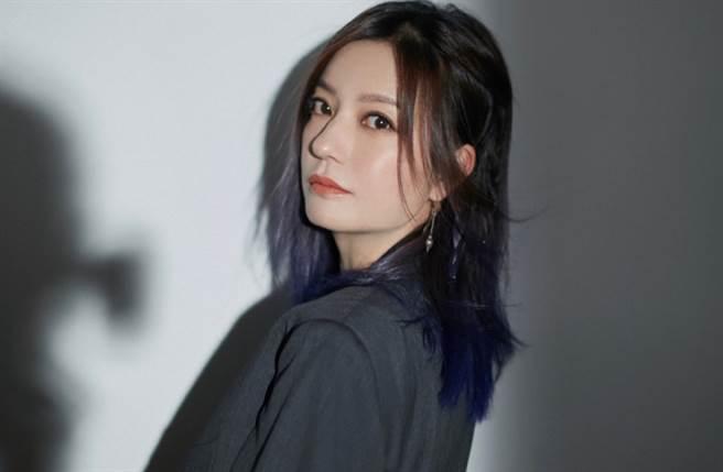 趙薇以一身帥氣黑色西裝裙性感出席《演員請就位》發布會。(圖/摘自微博@赵薇工作室)