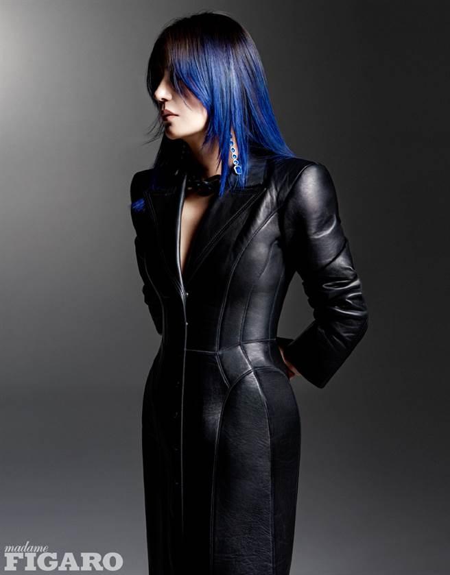 趙薇頂著一頭藍髮登上時尚雜誌MadameFigaro中文版封面。(圖/摘自微博@赵薇工作室)