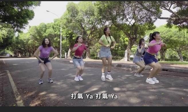 勞動部勞動力發展署中彰投分署平時賣力行銷政府就業政策,為了讓民眾印象深刻,近日推出一支由七名女性員工,穿著短褲的跳舞宣傳影片。(摘自臉書打臉覺青/盧金足台中傳真)
