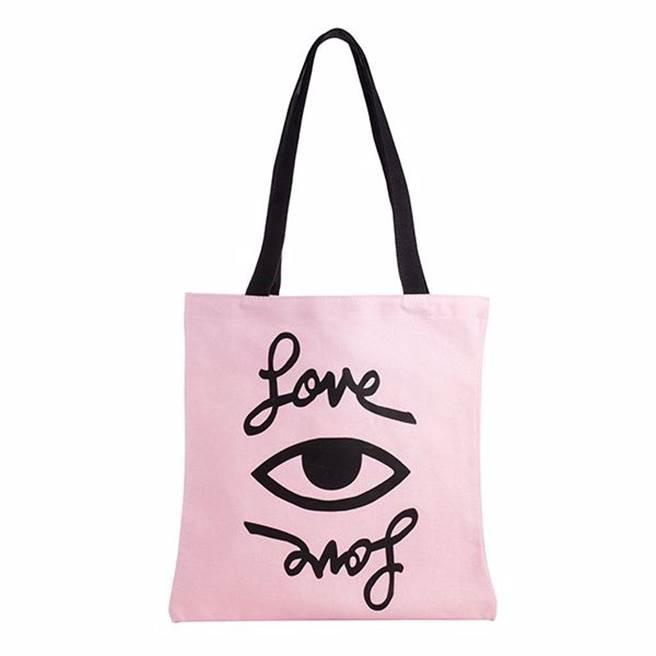 以粉紅色為本次合作的主要配色,提袋單品亦非常搶眼(圖 / STARBUCKS)