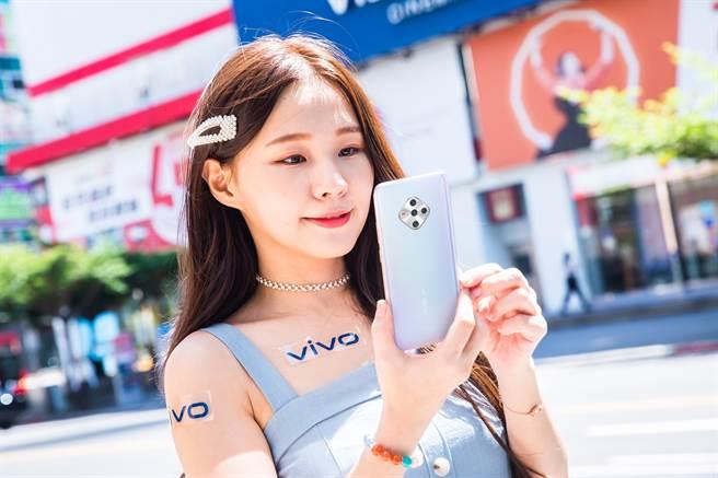 vivo將於10月1日推出平價5G美型機-vivo X50e,售價1萬4有找。(vivo提供/黃慧雯台北傳真)
