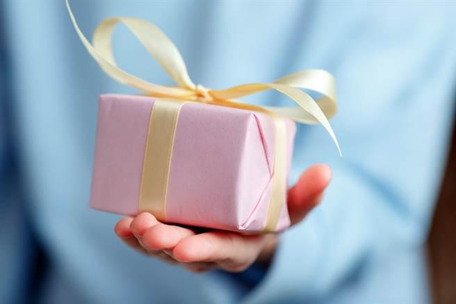 一位女網友表示,生日實收到男性友人的2個生日贈品,卻發現其中「1個過期、1個是贈品」,讓她不是滋味。(示意圖/Shutterstock)