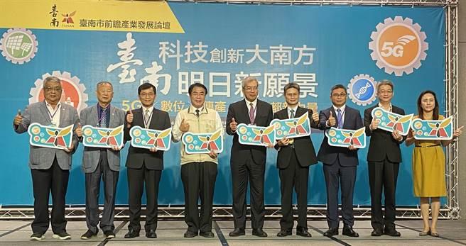 台南率先成立5G台南隊,台南市長黃偉哲(左四)期許透過5G技術帶動智慧製造的升級,使得在世界產業鏈都占有關鍵位置的隱形冠軍企業,持續保有國際競爭力,展現台南建城400年新風貌。(曹婷婷攝)