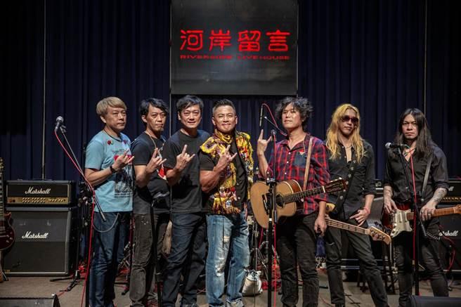 江宏恩(中)化身Rocker擔任董事長樂團演唱會嘉賓。(獨一無二娛樂文化提供)