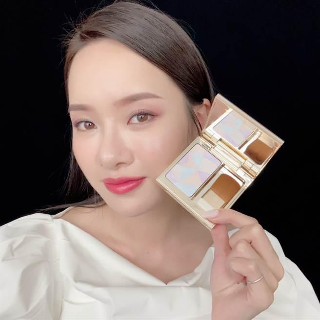 「幻夢星湖光耀幻妍餅」輕掃於臉上即可呈現細膩的高級光感。(圖/邱映慈攝影)