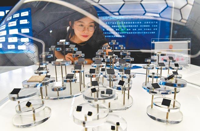 大陸「十四五規劃」預計將提出「新型舉國體制」攻克關鍵核心技術,將資源聚焦在第三代半導體等核心零組件等領域。圖為大陸軟件園區展示由企業研發生產的各類芯片。圖/中新社