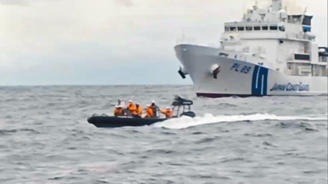 蘇澳籍漁船新凌波236號27日遭日本海上保安廳公務船(PS-32)擦撞後,另一艘PL-89還派小艇要登檢。(陳吉雄提供)