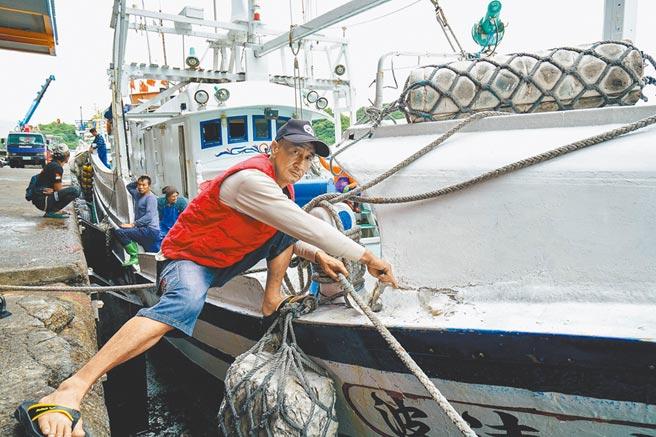 新凌波236號船長陳吉雄,昨說明漁船遭日船衝撞導致右舷裂損。(李忠一攝)