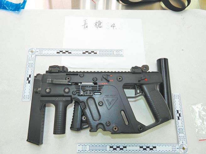 這把KRISS vector衝鋒槍是軍規版,可以連發相當罕見,每分鐘可擊發1200顆子彈,威力相當驚人。(基隆市警局提供/陳彩玲基隆傳真)