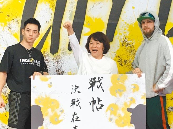 嘉義市長黃敏惠(中)與街舞好手向街舞愛好者下戰帖,歡迎來嘉挑戰。(廖素慧攝)
