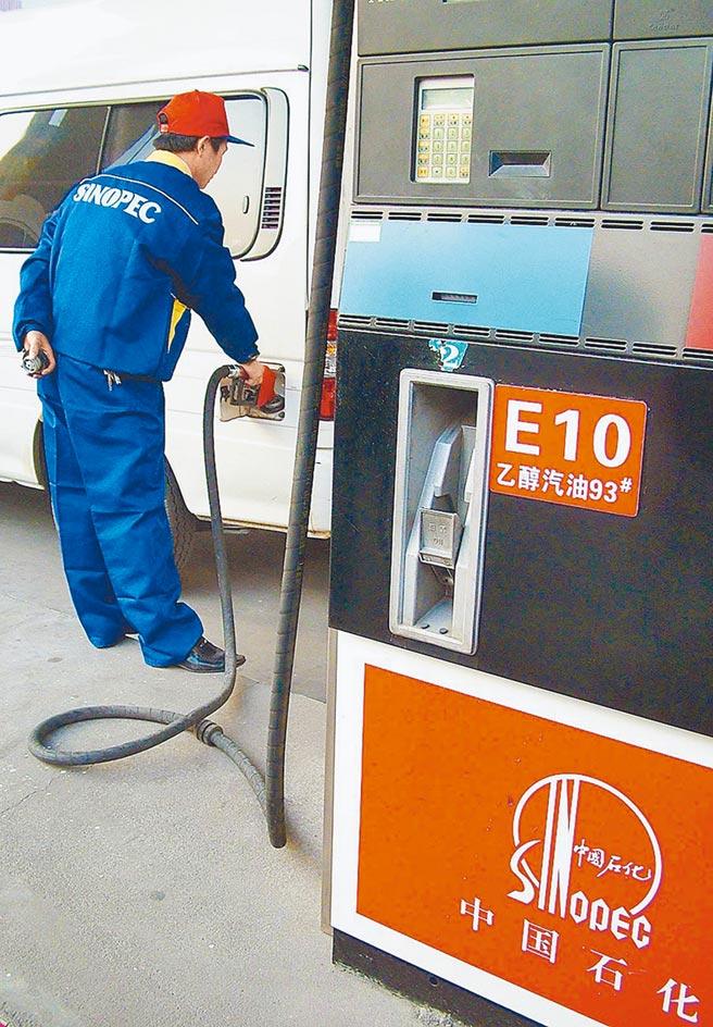 中石化員工在武漢常碼頭加油站給汽車加乙醇汽油。(新華社資料照片)
