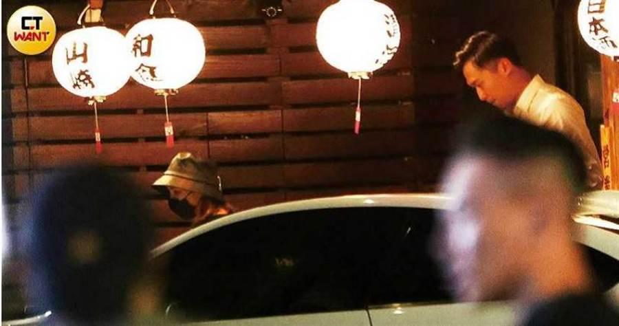熊熊與瑪莎拉蒂男用餐完畢,一同走出居酒屋。(圖/本刊攝影組)