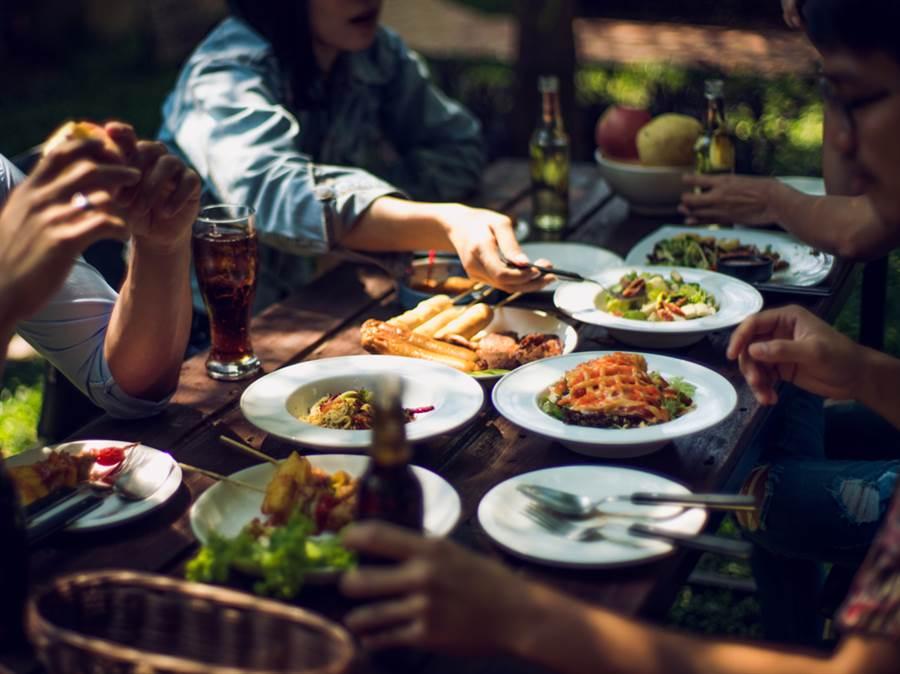 有錢人習慣先挑最喜愛的菜下手,關鍵在於他們認定「不管何時,現在才是最好的時機!」(達志影像/shutterstock)
