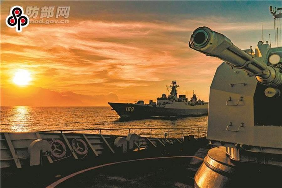陸媒環球時報社評指美軍膽敢攻擊大陸島礁必遭猛烈反擊。圖為今年8月解放軍南部戰區某海軍支隊艦艇編隊奔赴南海某海域進行演練。(摘自中國國防部)