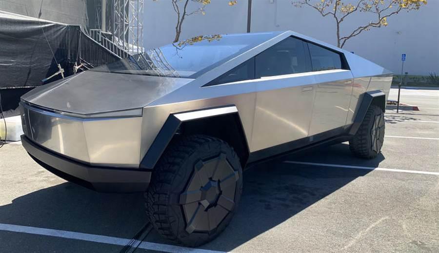 預計明年才生產的 Cybertruck 突然出現在特斯拉加州工廠產線