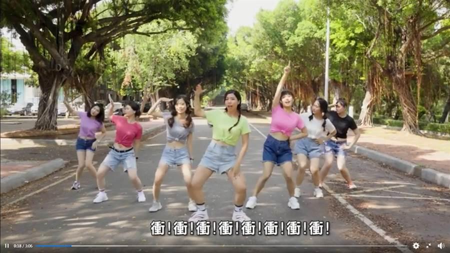 勞動部女職員熱舞大內宣,影片遭網酸爆「尷尬癌犯了」。(圖/翻攝自打臉覺青)