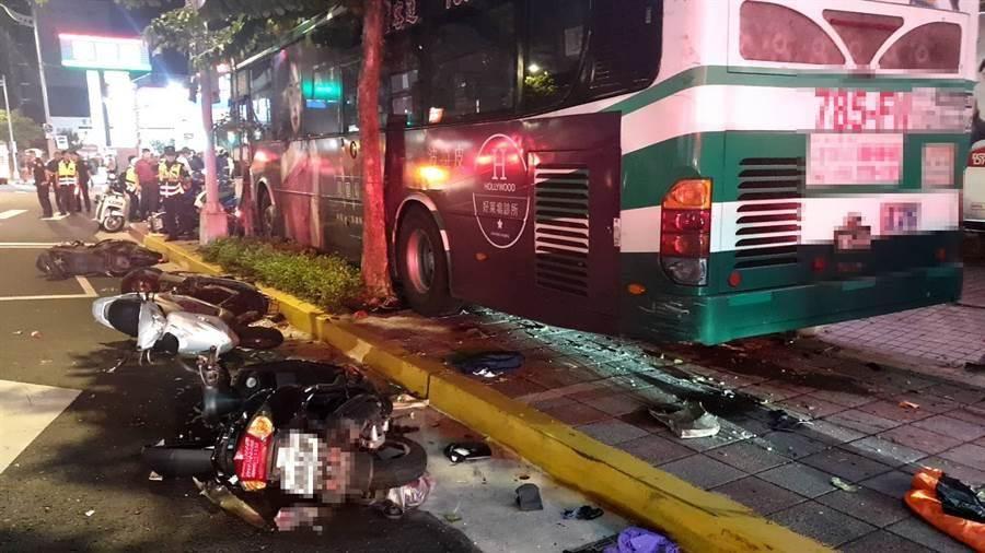 北市內湖公車撞上人行道,釀1死。(圖/北市消防局提供)