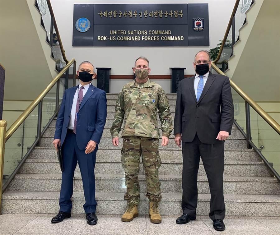 美國總統軍控事務高級特使馬歇爾.比林斯利(右)28日造訪美韓聯軍司令部。(圖片/摘自推特)