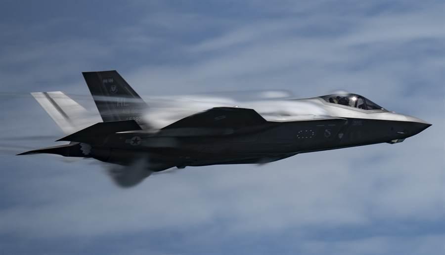 俄羅斯媒體28日披露,美國開始全力奪取北極地區的主導權,五角大廈很快就會在阿拉斯加州的2座空軍基地,部署包括F-35等多達150架隱形戰鬥機。圖為F-35戰機8月14日在馬里蘭為空展預演的畫面。(美國空軍)