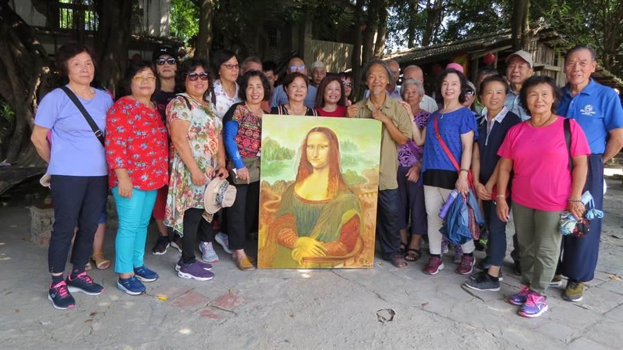 來自新竹的遊客一起欣賞畫家匡乙(前右四)的蒙娜麗莎臨摹作品。(老塘湖藝術村提供/劉秀芬台南傳真)