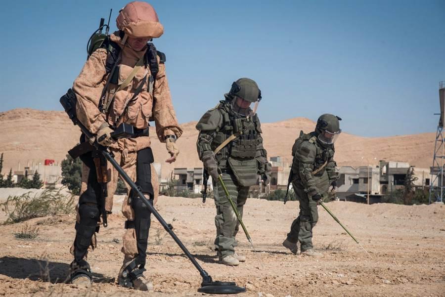 最左邊的就是穿著軍用外骨骼的俄國除雷士兵。(圖/Rostec)