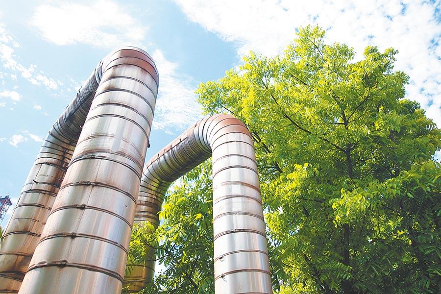 中鋼利用廠區建置的蒸氣外售管,與臨海工業區內鄰近工廠互通多餘能源。圖/中鋼提供