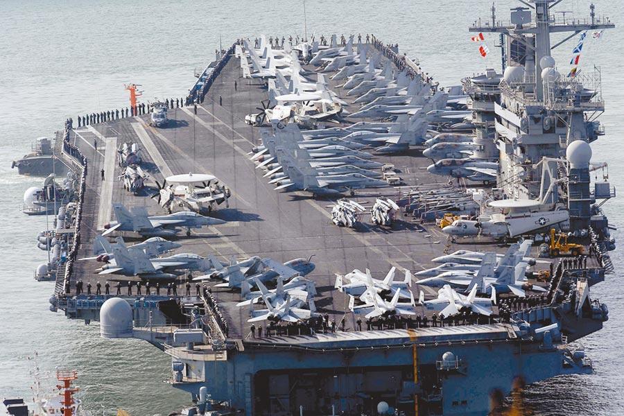 共軍機艦近來頻繁擾台,台灣民意基金會昨公布民調,大陸若武力犯台,高達6成的人認為美國可能出兵協防台灣,圖為美國航母尼米茲號今年9月穿越荷姆茲海峽。(美聯社)