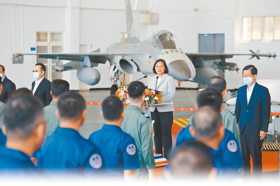 9月22日,蔡英文總統(中)前往澎湖慰勉「天駒部隊」。(本報系資料照片)