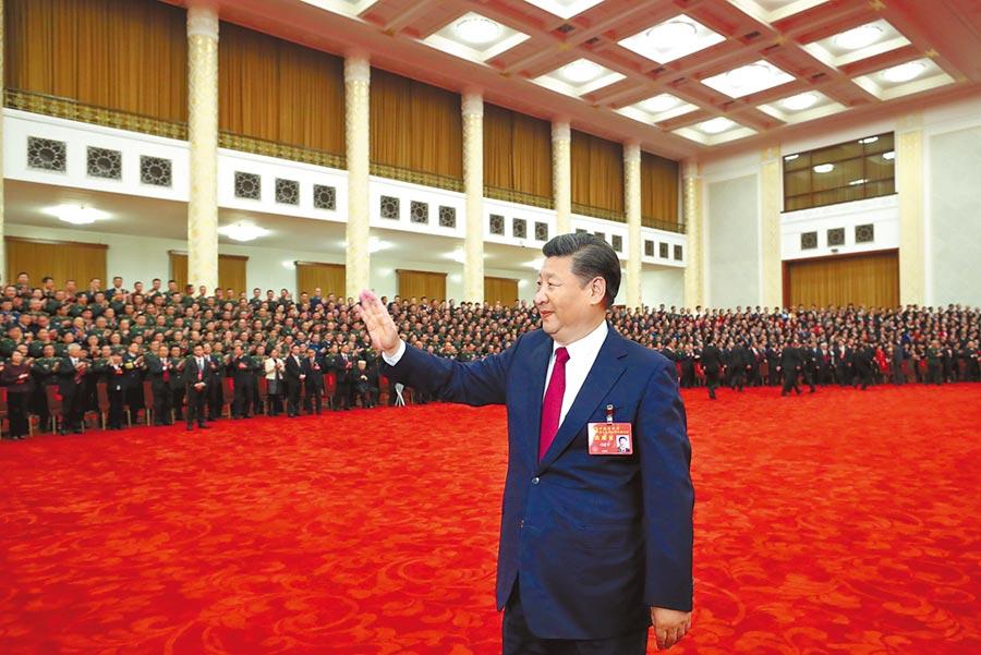 2017年10月25日,中共中央總書記習近平在北京人民大會堂會見十九大代表們。(新華社資料照片)