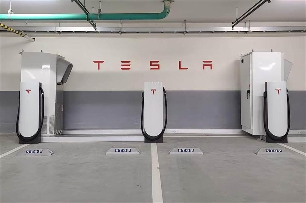 特斯拉至今已於全台建設 22 座超級充電站 (圖為北投雅樂軒酒店超充)