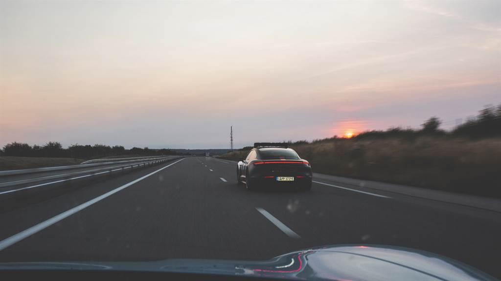 此趟寂靜無聲之旅,無論是在鄉間道路、高速公路乃至於穿越鄉林,總是會引起其他駕駛者的注意;擁有黑、紅、白色的賽車塗裝,以及車頂裝配警示燈的車,更非常日所見。