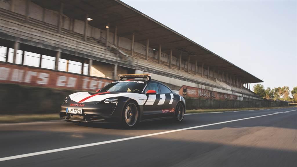 保時捷Taycan為未來主義設計的縮影,而其低扁的車尾輪廓以及經典的賽車塗裝,卻巧妙融入了蘭斯-格村(Reims-Gueux)賽道。