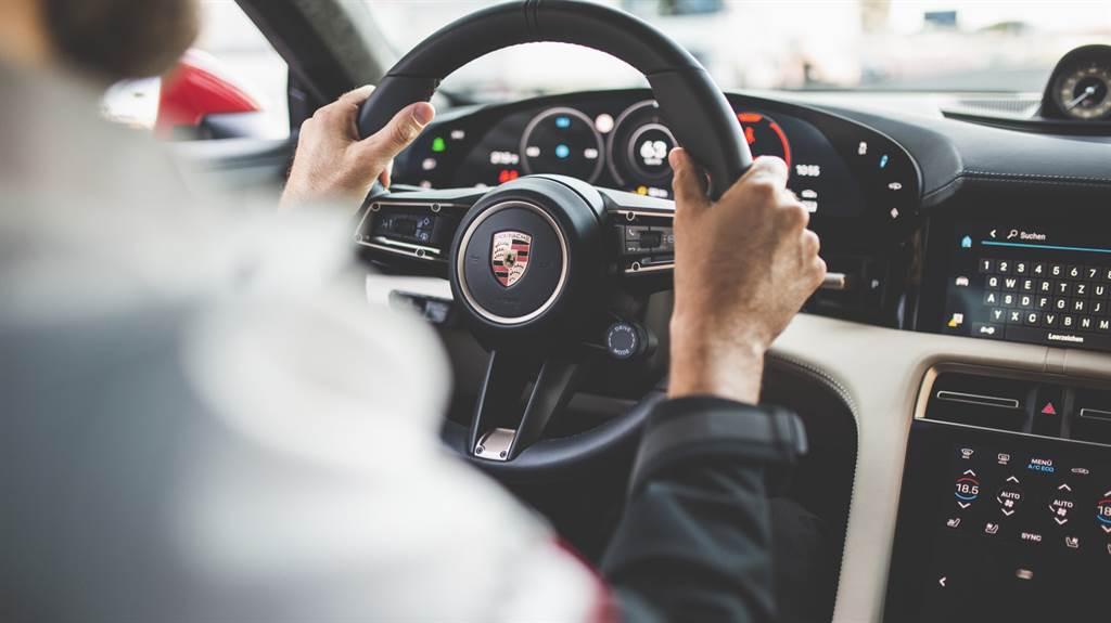 握著保時捷Taycan Turbo的方向盤,本車寂靜又充滿力量地吞噬著前方道路,提供了駕駛者前所未有的駕馭樂趣。