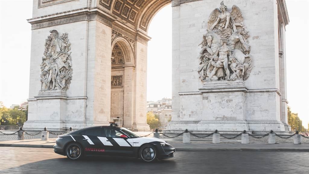 保時捷Taycan抵達聖心大教堂 (Basilica Sacré-Cœur),隨後前往香榭麗舍大道(Champs-Élysées),並且在或許是世界上最著名且最小型的「賽道」- 凱旋門(Arc de Triomphe)快速繞行。