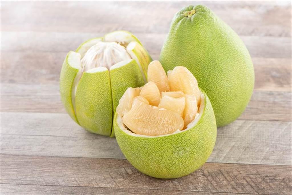 月餅、柚子都是能在中秋節催旺運勢的應景小物,月餅代表團聚,柚子象徵保佑潔淨。(示意圖/Shutterstock)