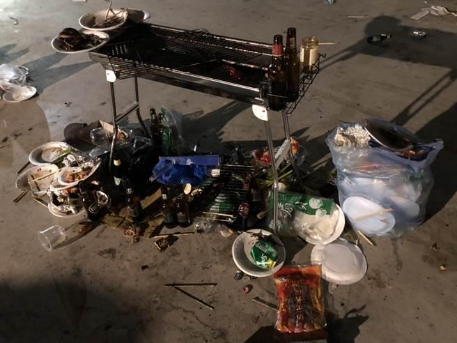 民權橋下60人烤肉趴「留滿地垃圾」,炭火沒滅人就跑光。(圖/翻攝自PTT)