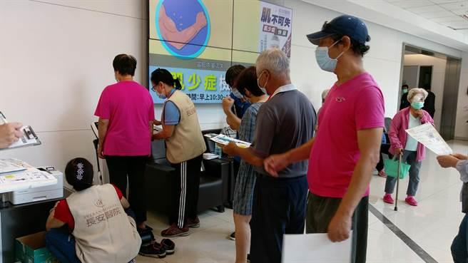 長安醫院於9月在一樓大廳,為民眾免費做「肌少症」肌力檢測。(馮惠宜攝)