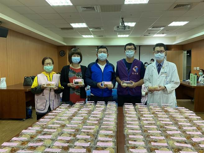 新北市副議長陳鴻源已連續10年致贈獨居長者月餅。(永和區公所提供)