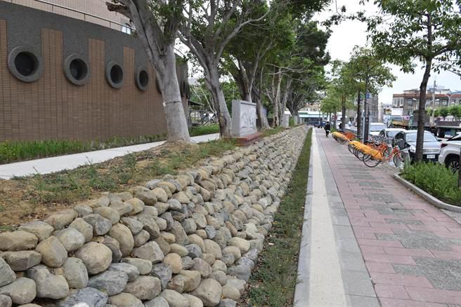 竹南運動公園廢除原有圍籬,改成開發空間。(謝明俊攝)