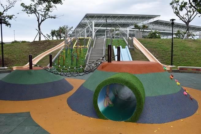 竹南運動公園新設兒童溜滑梯。(謝明俊攝)