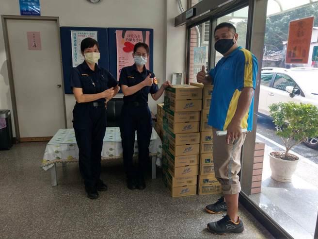 陳其邁秋節慰問員警,大批過節物資2天內「全體通通送到」。(高雄市警察提供)