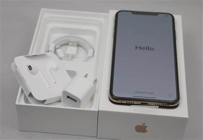 2018 年的 iPhone XS Max 包裝盒開箱,盒內仍有 EarPods 耳機。但根據業界預測,蘋果在 iPhone 12 系列中,可能為壓縮成本,有線耳機、充電器都不附送了。(黃慧雯攝)