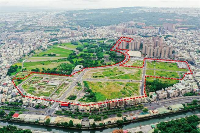 占地約15.89公頃的93期重劃區(紅色範圍),9月30日完工通車,將釋出10.82公頃的建築用地,成為鳳山新的推案熱區。(圖/高雄地政局提供)