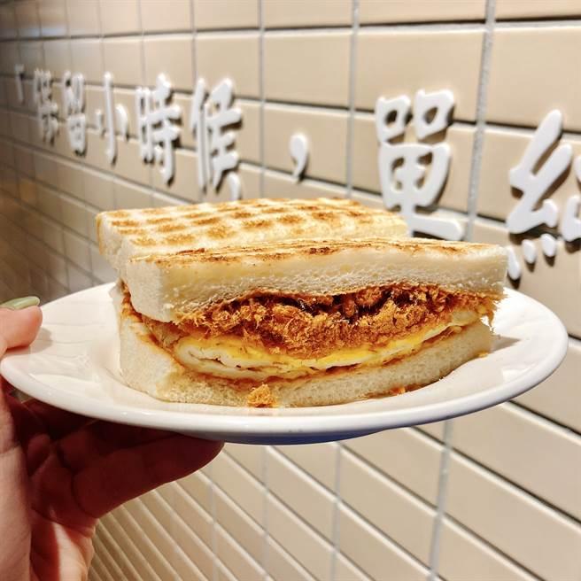 花生醬肉鬆三明治可吃到滿滿的肉鬆、花生醬和軟嫩的滑蛋。(圖/邱映慈攝影)