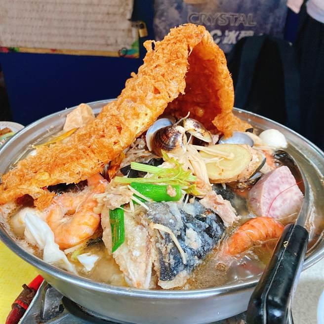 阿錦海產砂鍋魚頭料多味美,加入一大片蛋酥讓口味更濃郁。(圖/邱映慈攝影)