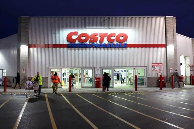 美式賣場好市多(Costco)販售眾多進口商品,也常祭出優惠價格,吸引民眾前往採購,連附設的美食區也深受許多會員喜愛。(示意圖/shutterstock)
