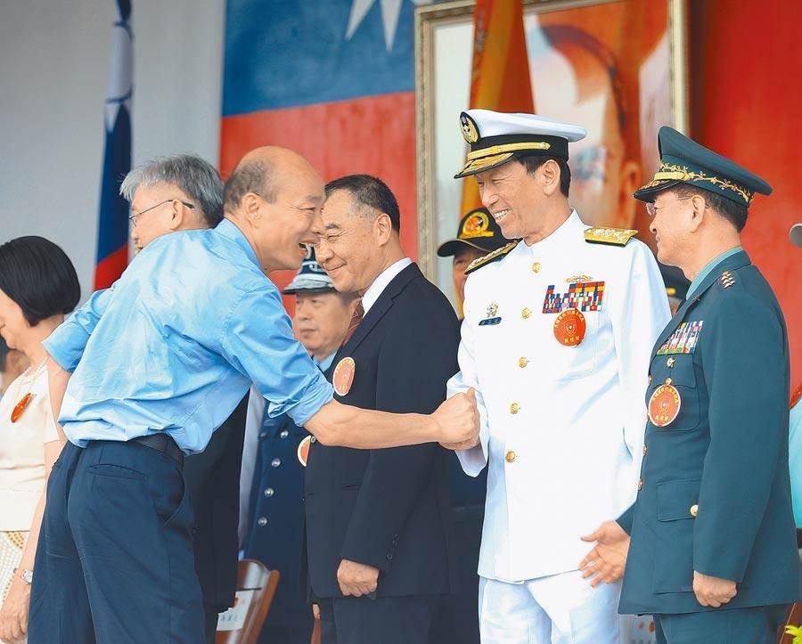 陸軍官校95周年校慶典禮結束時,時任高雄市長韓國瑜(左)16日以校友身分觀禮,並與時任參謀總長李喜明(右二)握手致意。(圖/本報系資料照,陳怡誠攝)