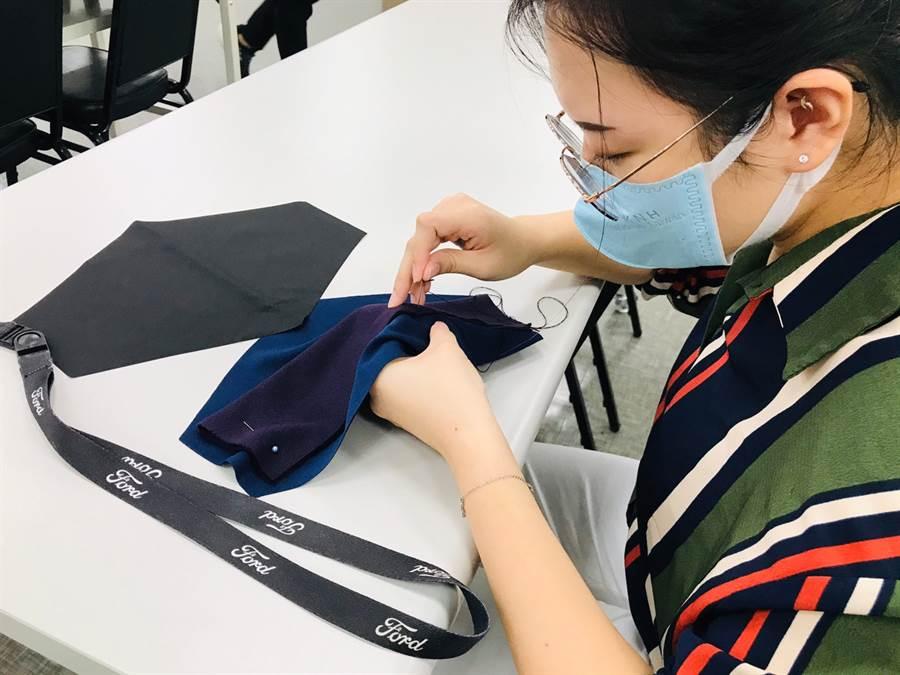 福特六和員工親身參與手作活動縫製布衛生棉,以善款加上行動幫助缺乏資源的非洲女性。